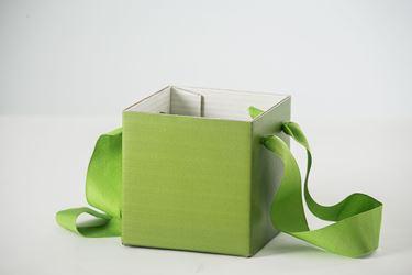Picture of Cubo box cartone 13x13 verde, steso, nastro a parte