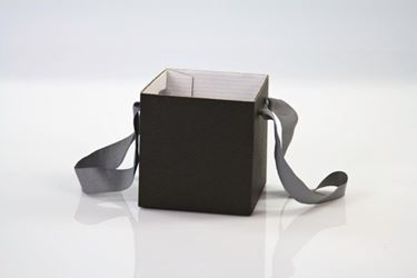 Picture of Cubo box cartone 13x13 nero, steso, nastro a parte