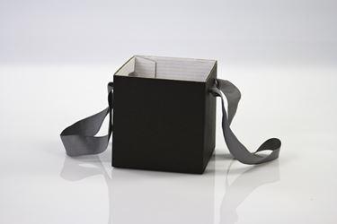 Immagine di Cubo box cartone 17x17  nero, steso, nastro a parte
